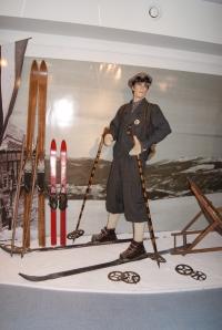 To ni iz muzeja voščenih lutk iz Londona, temveč lutka Boruta Batagelja, smučarja po starem.