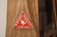 Prodajalci smučarske opreme so navadno pribili na lesene smuči kovinski svoj znak: Sport Kmet d.o.z.o., Ljubljana (družba z omejeno zavezo).