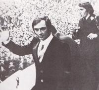 Karl Schranz po prihodu na Dunaj, ne da bi enkrat samkrat oblekel startno številko v Sapporu.